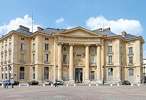 Frontansicht des Hauptgebäudes der ehemaligen rechts- und staatswissenschaftlichen Fakultät der Universität Paris