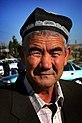 Un homme ouzbek portant une calotte, autrement connu sous le nom de doppa ou tyubeteika