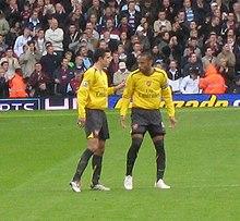 Thierry Henry discutant avec Robin van Persie au cours d'un match sous les couleurs d'Arsenal
