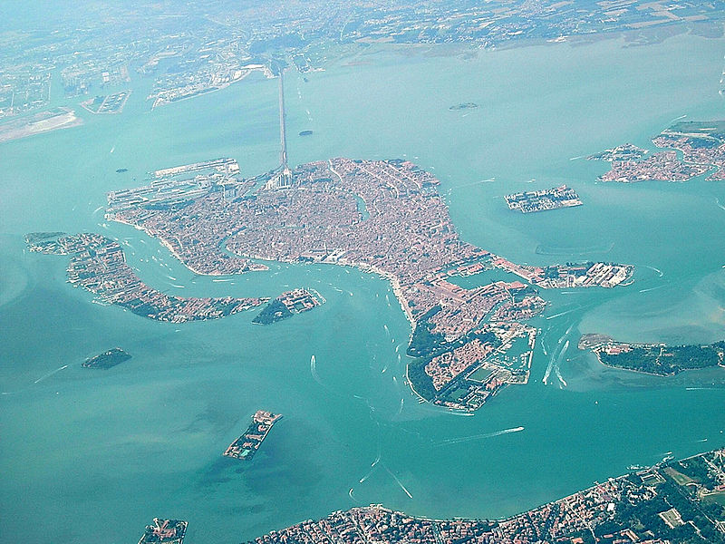 Bestaand:Venice as seen from the air with bridge to mainland.jpg