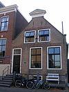 foto van Huis met tuitgevel met driehoekig fronton als bekroning