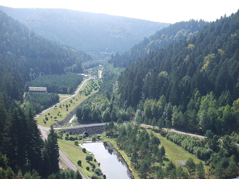 Vue depuis le barrage du lac de Pierre-Percée (Meurthe-et-Moselle, France)