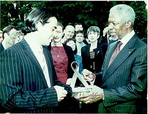 "Walid Harfouch - Walid Harfouch presents UN Secretary-General Kofi Annan, a symbolic sign of the ""Red Tape"", 2002"