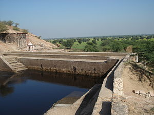 Water reservoir on the 'Parikrama' route at Dhosi Hill.JPG