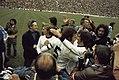 Wereldkampioenschap voetbal 1974 in Munchen supporters omhelsen Duitse spelers, Bestanddeelnr 254-9557.jpg