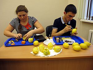 Wiki Party in Moscow 2013-05-18 (Vegetable carving).JPG