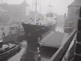 Bestand:Zeeschip door het Winschoterdiep-515461.ogv