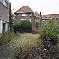 Zicht op de achtergevel, op de voorgrond een gedeelte van de gymzaal - Eindhoven - 20388768 - RCE.jpg