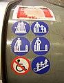 Značky na eskalátoru z podchodu metra.jpg