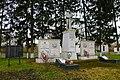 Братська могила і пам'ятник воїнам – односельчанам, загиблим на фронтах ВВВ Щаслива біля Будинку культури.JPG