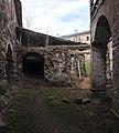 Вид бани с юго-востока. Слева - крепостная стена, справа - мельница.jpg
