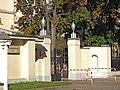 Вилла «Черный лебедь». Въездные ворота со стороны Нарышкинской аллеи (2).jpg