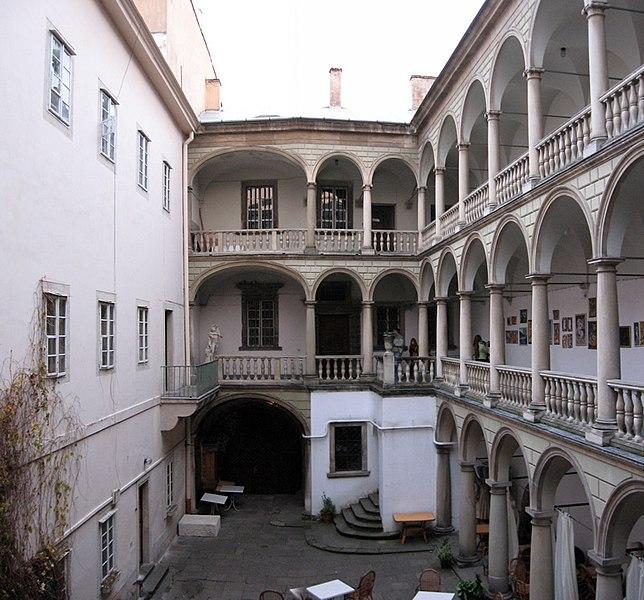 File:Итальянский дворик Черная каменица.jpg