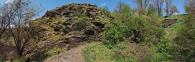 Сланцеві скелі (Деконський кут) - панорама скелі зі штольнею 19.jpg