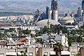 """צריח המסגד הלבן ובתי העיר רמלה על רקע מפעל """"נשר"""".JPG"""