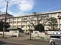 東京都立八王子東高等学校校舎正面.jpg
