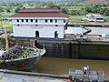 08-130 Esclusas de Miraflores - Barco pasando por las esclusas - Flickr - Andre Pantin.jpg