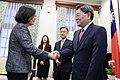 12.22 總統接見駐臺北韓國代表部新任代表楊昌洙時,握手致意 31648443572 f06aeb5175 o.jpg