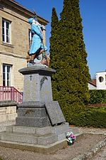 Photo d'un monument aux morts surmonté d'un poilu.