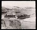 3b038. Ekspedisjonsmedlemmene i båter på vei nordover langs østkysten (speilvendt) (16200619739).jpg