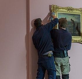 Accrochage de L'Angélus expositionJF.Millet03.jpg