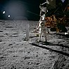 Buzz Aldrin près du Solar Wind Composition Experiment, de conception suisse, le 20 juillet 1969.