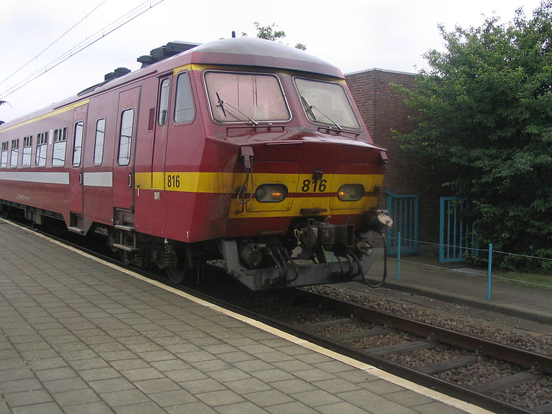 NMBS-SNCB AM75 816 arrives at Boom station.