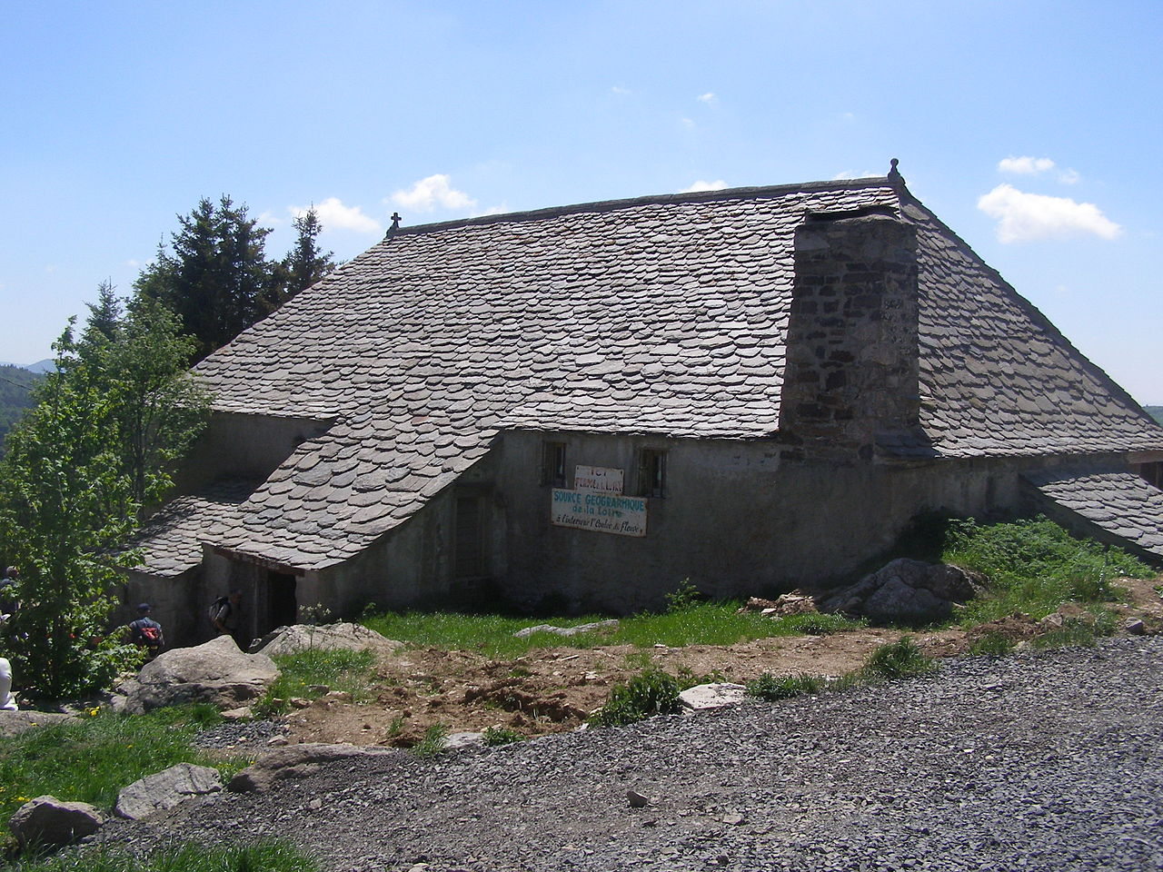 File ancienne ferme qui abrite la source de la loire mont for Porte de ferme ancienne