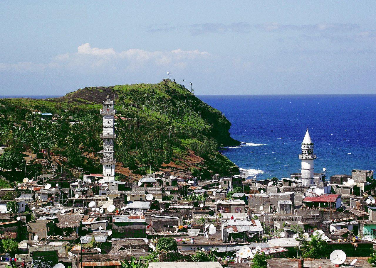 Pemandangan kota pesisir di Anjouan termasuk masjid