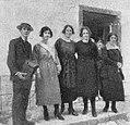 Antonio Vázquez Campo con mozas de Chantada 1920.jpg