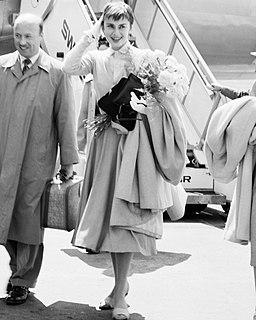 Audrey Hepburn vor einer Douglas DC-7C (cropped)