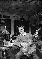 August Strindberg med gitarr i Gersau, Schweiz - Nordiska Museet - NMA.0033024.jpg