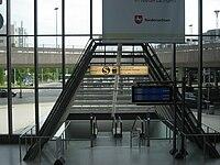 Bahnhof Hannover Flughafen • Eingang mit Rolltreppe, Blick vom Terminal.JPG