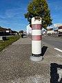 Balise routière suisse blanche à 2 bandes rouges.jpg
