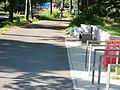 Bank und Fahrradständer am Loop in Hamburg-Wilhelmsburg.JPG