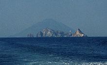 Basiluzzo con a sinistra Spinazzola e a destra Dattilo. Sullo sfondo, Stromboli.