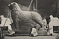 Bei der Arbeit am Düsseldorfer Kriegswahrzeichen. Vorgeschrittener Zustand der Ausarbeitung in Holz. Foto Julius Söhn (1915).jpg