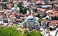 Blick von der Festung auf die Sinan Pasha Mosche und die orthodoxe Georgskirche in Prizren, Kosovo - panoramio.jpg