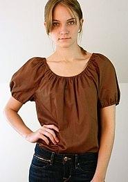 Mujer con blusa de manga corta.
