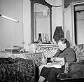 Bordurende vrouw zittend in een fauteuil in haar woonkamer, Bestanddeelnr 252-9340.jpg