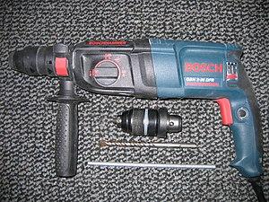 ограничитель глубины сверления.  Перфоратор Bosch GBH 2-26 DFR с горизонтальным расположением двигателя.
