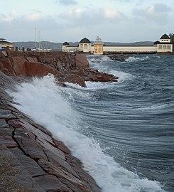 Breaking waves in front of Kallbadhuset Lysekil.jpg
