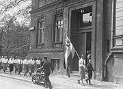 Nazistiske studenter paraderer foran Institutt for seksualvitenskap før de plyndrer det