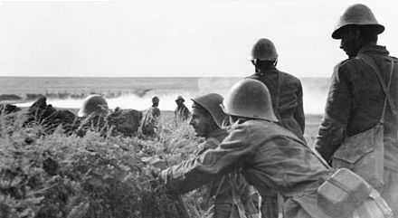 Romanian soldiers on the outskirts of Stalingrad during the Battle of Stalingrad in 1942 Bundesarchiv Bild 101I-218-0501-27, Russland-Sud, rumanische Soldaten.jpg