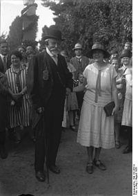 Bundesarchiv Bild 102-08514, Gustav Lilienthal mit Schwiegertochter.jpg