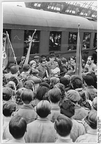 Student exchange program - Enthusiastic welcome offered to the first Indian student to arrive to Dresden, East Germany (1951)