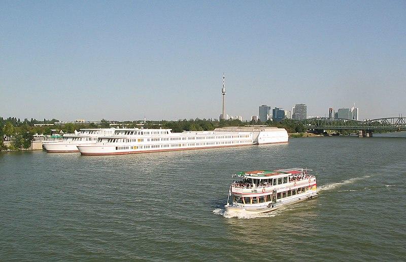 File:Bundesgymnasium und Bundesrealgymnasium GRG 21 'Bertha von Suttner' - Schulschiff 2007k1.jpg