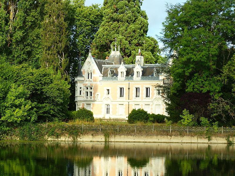 Château de Belle-Rive à Cézy (Yonne, France), vu depuis la rive droite de l'Yonne.
