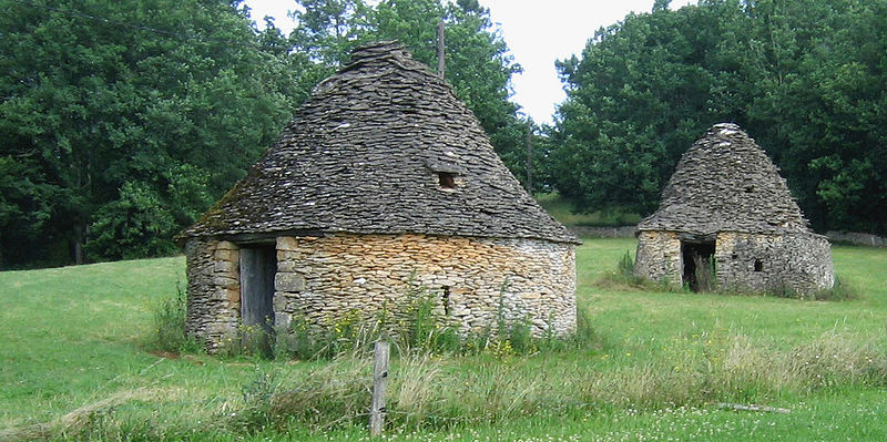 File:Cabanes en pierre sèche-Meyrals.jpg