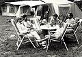 Camping Vogelenzang, de familie Peter Pompe. Aangekocht in 1990 van United Photos de Boer bv.- Negatiefnummer 30999 k 21 a. - Gepubliceerd in het Haarlems Dagblad dd. 08-08-1989. Identificatienummer 5.JPG